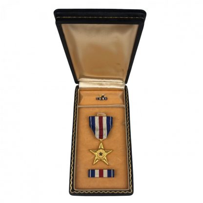 Original WWII US Silver star in box with ribbon and pin
